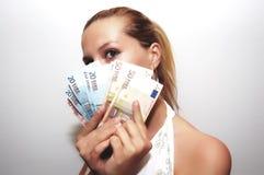 Frau mit Gruppe Geld stockfotografie