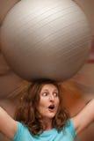 Frau mit gymnastischer Kugel Stockfotos