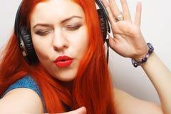 Frau mit hörender Musik der Kopfhörer Stockfotos