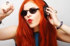 Frau mit hörender Musik der Kopfhörer Lizenzfreie Stockfotografie