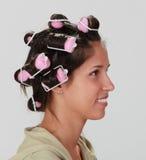 Frau mit Haarlockenwicklern stockfotos