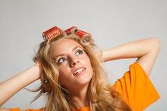 Frau mit Haarrollen Stockbild