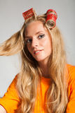 Frau mit Haarrollen Stockfoto