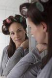 Frau mit Haarrollen Lizenzfreie Stockfotos