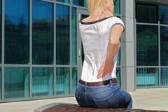 Frau mit Hals/Rückenschmerzen Geschäftsfrau, die ihre schmerzliche Rückseite reibt Schmerzlinderungskonzept Stockfotos