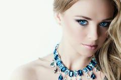 Frau mit Halskette Stockfotografie