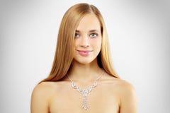 Frau mit Halskette auf Grau Lizenzfreie Stockfotos