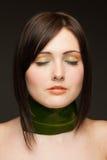 Frau mit Halskette vom Blatt auf dunklem Hintergrund Lizenzfreie Stockbilder
