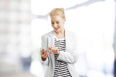 Frau mit Handy Stockbild