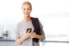 Frau mit Handy Lizenzfreie Stockfotografie