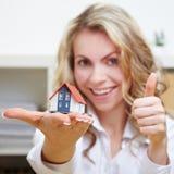 Frau mit Hausholding greift oben ab Lizenzfreies Stockfoto