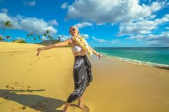 Frau mit hawaiischen Leu lizenzfreies stockbild