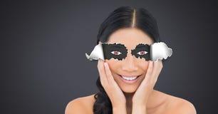 Frau mit heftigem Papier auf Augen und dem Augenzeichnen Stockfoto