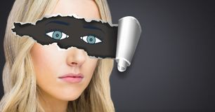 Frau mit heftigem Papier auf Augen und gezogenen Augen Lizenzfreie Stockfotos