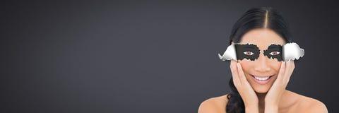 Frau mit heftigem Papier auf Augen und Karikatur mustert Stockfotografie