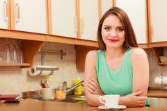 Frau mit heißem Kaffeegetränk koffein stockfotografie