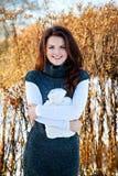 Frau mit Heizung im sonnigen Winterpark Lizenzfreie Stockfotos