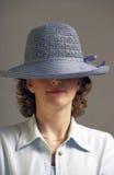 Frau mit hellblauem Hut Stockbild