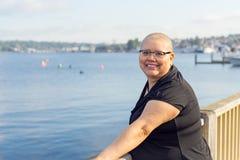 Frau mit hellem Lächeln nach Krebs-Chirurgie Stockfotografie