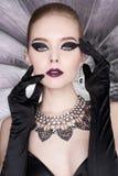 Frau mit hellem Make-up und mit Satzschmuck Stockbild