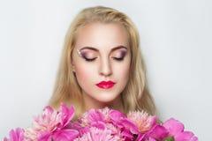Frau mit hellen Blumen Stockfoto
