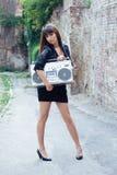 Frau mit Hochkonjunkturkasten auf der Straße Stockbilder