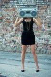 Frau mit Hochkonjunkturkastenkopf Lizenzfreie Stockbilder