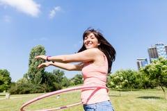 Frau mit hula Band im Park im Sommer Stockfotos