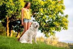 Frau mit Hund draußen lizenzfreies stockfoto