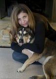 Frau mit Hund zu Hause Lizenzfreie Stockfotografie