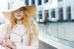 Frau mit Hut in der Stadt Stockfotos
