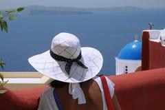 Frau mit Hut in Santorini Lizenzfreie Stockfotos