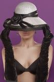 Frau mit Hut und Handschuhen stockfotos