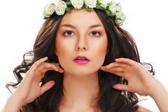 Frau mit idealer Haut und Blume Lizenzfreie Stockfotografie