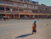 Frau mit ihr drehte zurück unten die Straße stockfotografie