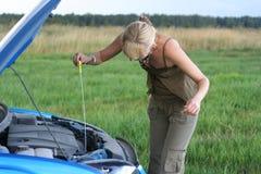 Frau mit ihrem defekten Auto. stockfotografie