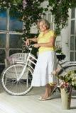Frau mit ihrem Fahrrad Lizenzfreies Stockbild