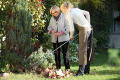 Frau mit ihrem Gärtner Stockbild