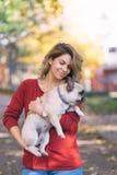 Frau mit ihrem Hund im Herbstpark stockfotos