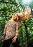 Frau mit ihrem netten blonden Haar in der Luft lizenzfreies stockfoto