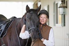 Frau mit ihrem Pferd Lizenzfreie Stockfotos