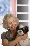 Frau mit ihrem Schoßhund Lizenzfreie Stockfotos