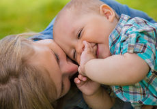 Frau mit ihrem Sohn lizenzfreie stockbilder