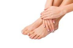 Frau mit ihren Füßen und Händen erfolgt stockbild