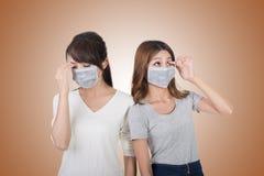 Frau mit ihren Freunden mit Maske stockbild