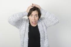Frau mit ihren Händen in ihrem Kopf Stockfotografie