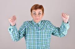 Frau mit ihren Händen oben Lizenzfreies Stockbild