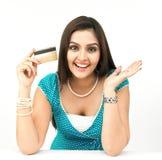 Frau mit ihrer Kreditkarte Stockbild