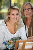 Frau mit ihrer Mutter lizenzfreies stockfoto