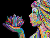Frau mit indischer Musterholding-Lotosblume Stockfoto
